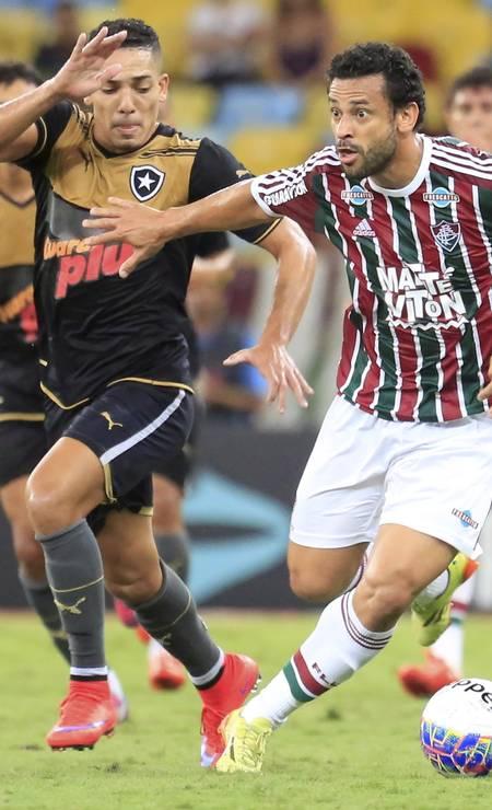 Fred arranca com a bola: ele é agora artilheiro isolado do Carioca, com 11 gols Foto: Nina Lima / Agência O Globo