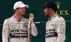 Rosberg e Hamilton conversam após a corrida: clima azedo Foto: GREG BAKER / AFP
