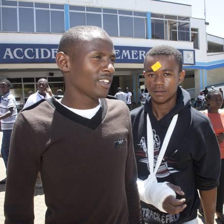 Estudante com braço quebrado deixa o hospital após explosão em universidade no Quênia Foto: Sayyid Azim / AP