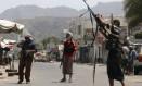 Militantes leais ao presidente Abed Rabbo Mansour Hadi erguem suas armas durante confrontos com rebeldes houthis na cidade de Áden Foto: STRINGER / REUTERS