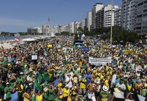 Manifestantes em Copacabana Foto: Pablo Jacob / Agência O Globo