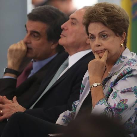 Presidente Dilma Rousseff, ao lado do vice presidente Michel Temer e do ministro da Justiça José Eduardo Cardozo na Cerimônia de Lançamento do Pacto Nacional de Enfrentamento às Violações de Direitos Humanos na Internet Foto: André Coelho / Agência O Globo