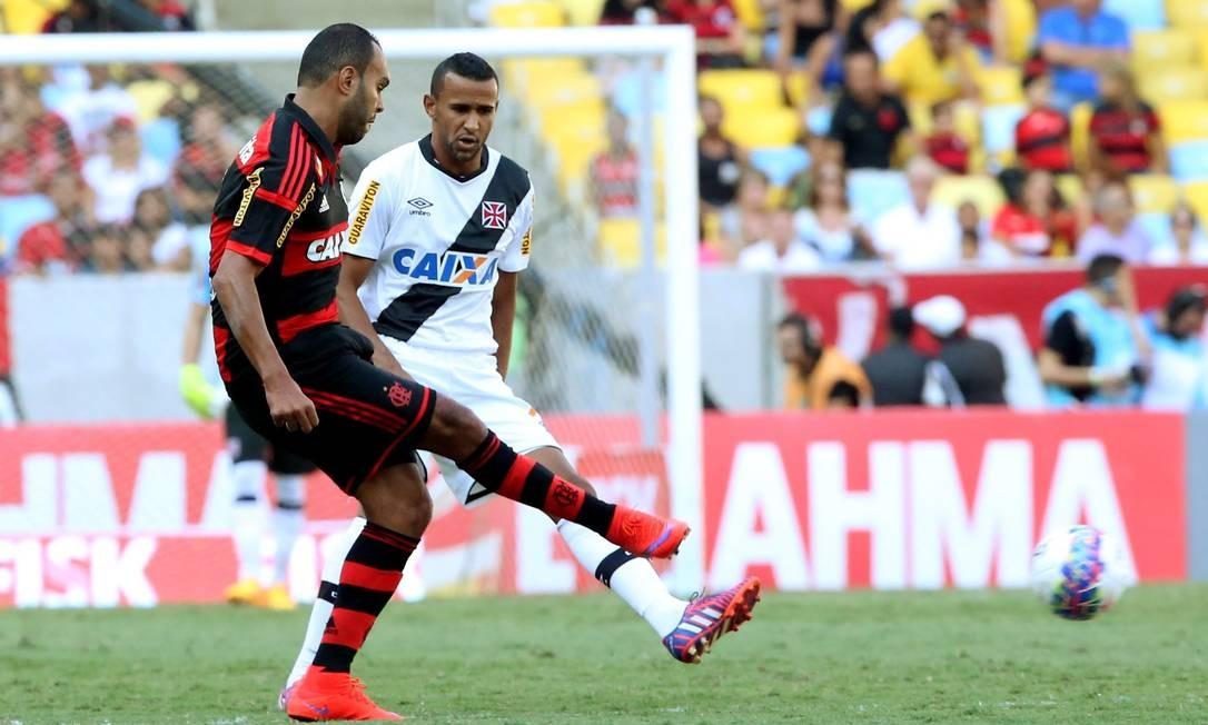 Alecssandro tenta um passe no ataque do Flamengo no início do jogo Cezar Loureiro / Agência O Globo