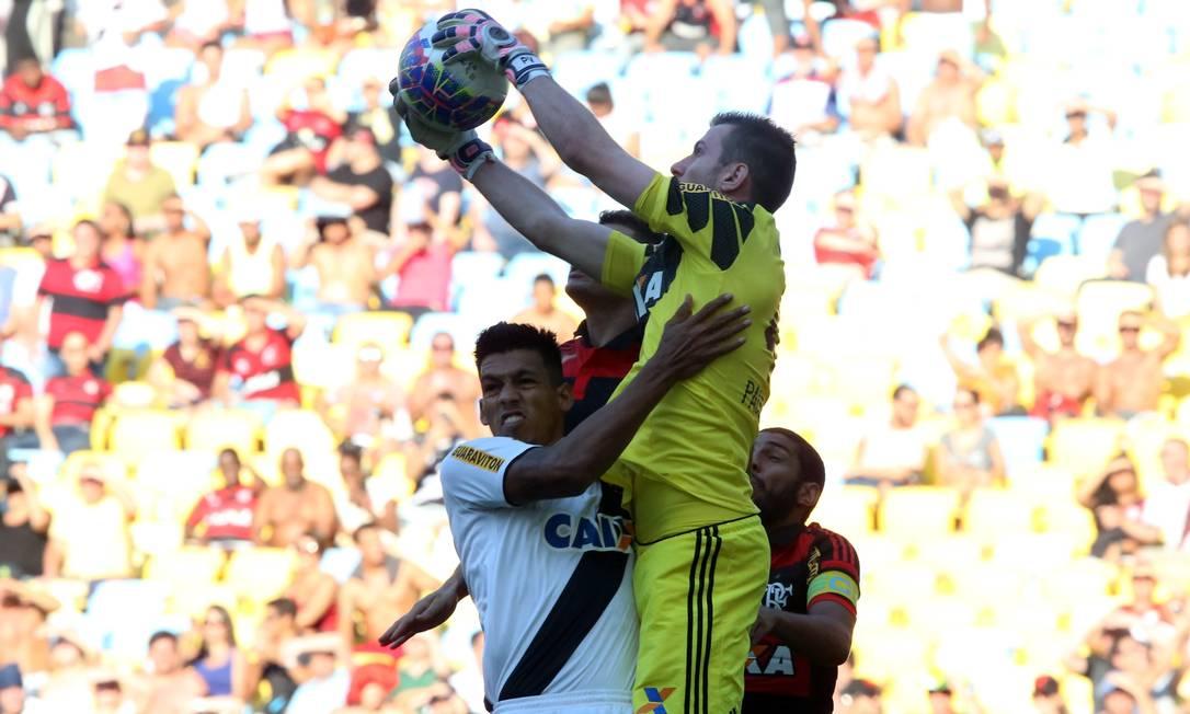 Paulo Victor disputa a bola com Júlio dos Santos Cezar Loureiro / Agência O Globo