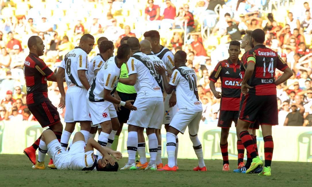 Jogadores do Vasco cercam o árbitro e reclamam de falta sobre Gilberto: Jonas acertou o rosto do atacante, levou amarelo e foi substituído Cezar Loureiro / Agência O Globo