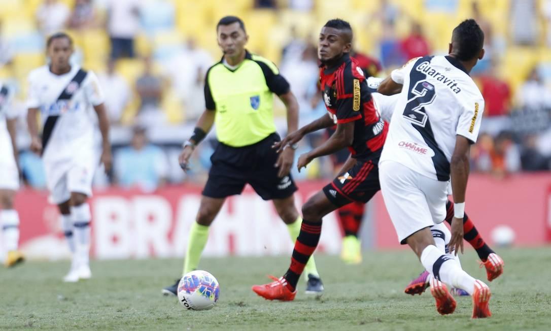 Marcelo Cirino tenta passar por Mádson, observado de longe por Marcinho Guito Moreto / Agência O Globo