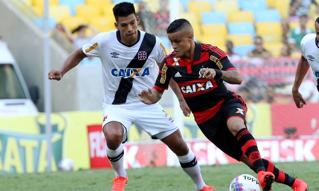 Éverton avança no ataque do Flamento seguido de perto por Julio dos Santos Cezar Loureiro / Agência O Globo
