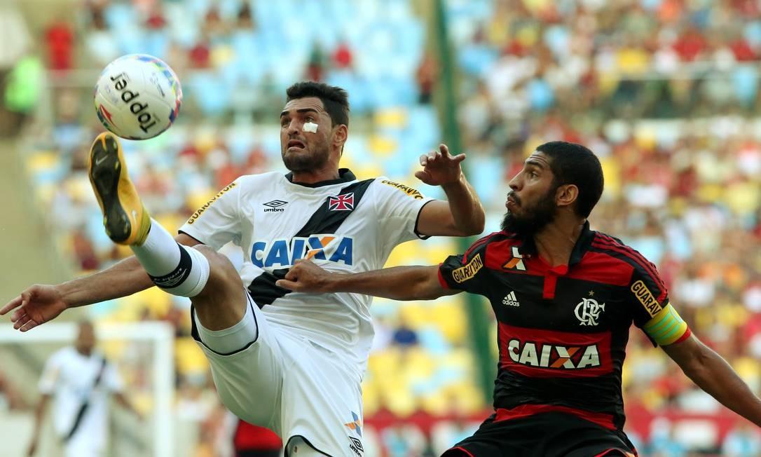 Gilberto, com curativo sob o olho, tenta dominar a bola marcado por Wallace, o capitão do Flamengo Cezar Loureiro / Agência O Globo
