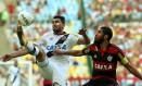 Gilberto, com curativo sob o olho, tenta dominar a bola marcado por Wallace, o capitão do Flamengo Foto: Cezar Loureiro / Agência O Globo
