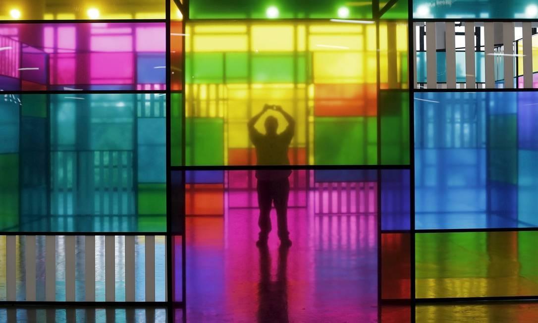 Um visitante tira foto de instação do artista francês Daniel Buren na SP-Arte Foto: NACHO DOCE / REUTERS/NACHO DOCE