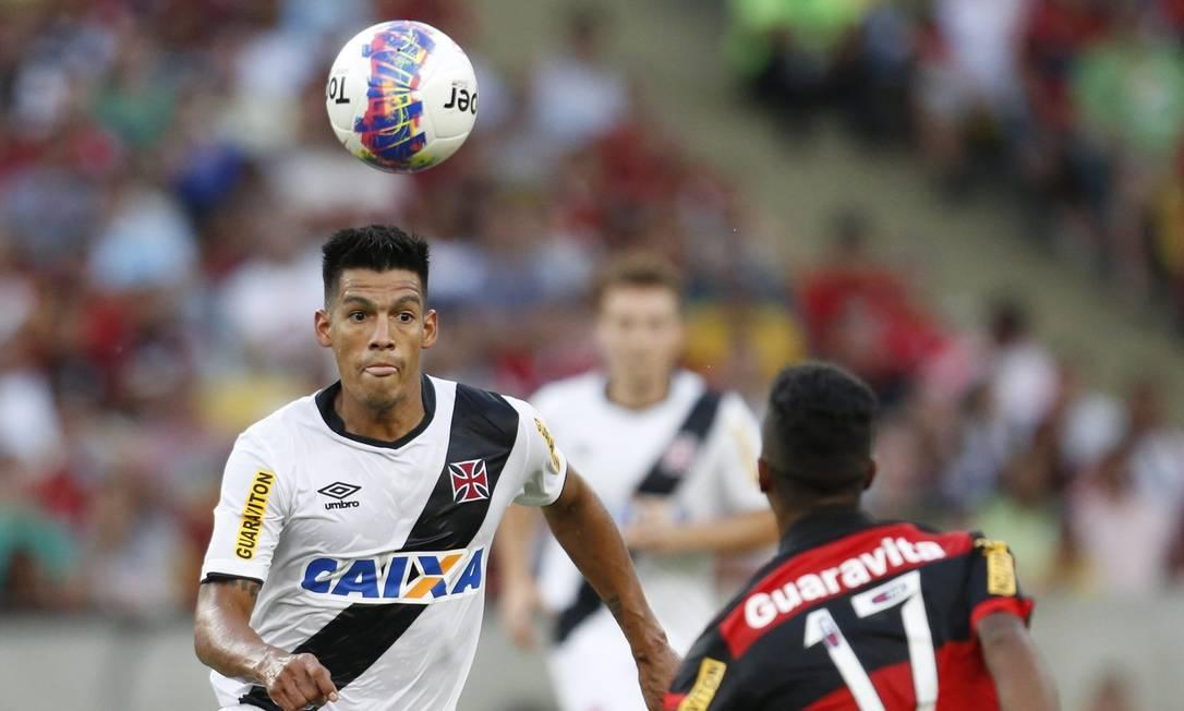Julio dos Santos se aproxima de Gabriel, enquanto o atacante do Flamengo se prepara para dominar a jogada Guito Moreto / Agência O Globo