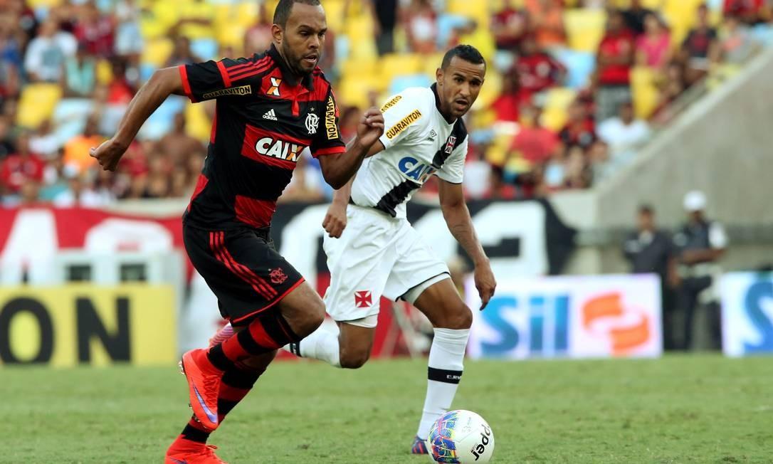 Alecsandro é observado por Serginho enquanto tenta o ataque Cezar Loureiro / Agência O Globo