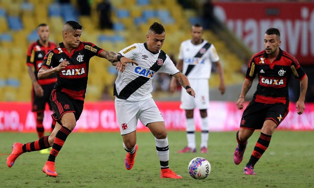 Éverto e Bernardo brigam pela bola, enquanto Canteros observam de perto Rafael Moraes / Agência O Globo