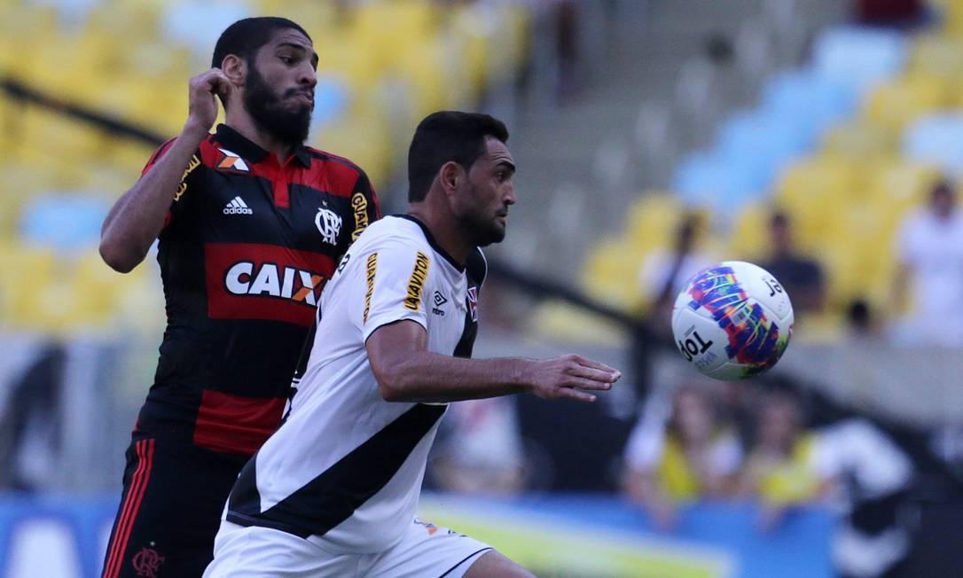 Wallace e Gilberto disputam bola Rafael Moraes / Agência O Globo