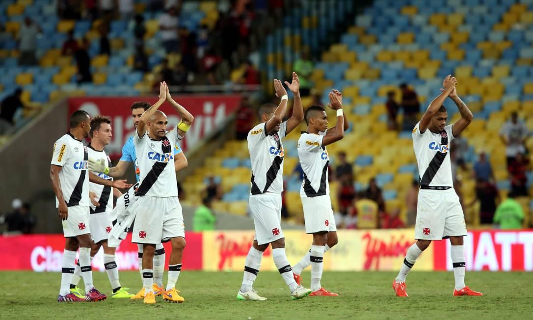 Jogadores do Vasco agradecem o apoio da torcida no Maracanã: 21.289 presentes neste domingo Cezar Loureiro / Agência O Globo