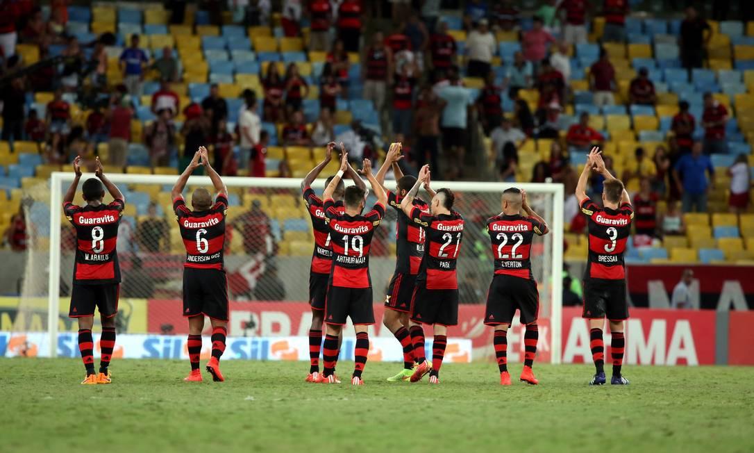 O time do Flamengo repete o gesto após o fim do jogo Cezar Loureiro / Agência O Globo