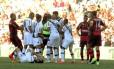 Jogadores do Vasco cercam o juiz para pedir a expulsão de Jonas, que acertou um chute no rosto de Gilberto