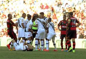 Jogadores do Vasco cercam o juiz para pedir a expulsão de Jonas, que acertou um chute no rosto de Gilberto Foto: Cezar Loureiro / Agência O Globo