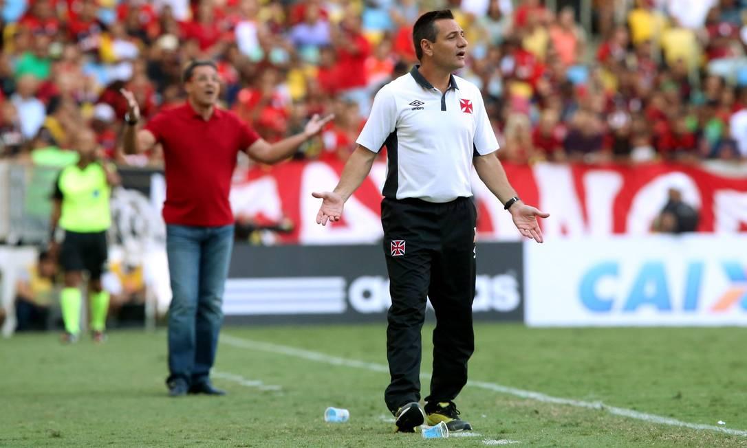 Os técnicos Doriva, do Vasco, e Luxemburgo, do Flamengo, ao fundo, observam o jogo Cezar Loureiro / Agência O Globo