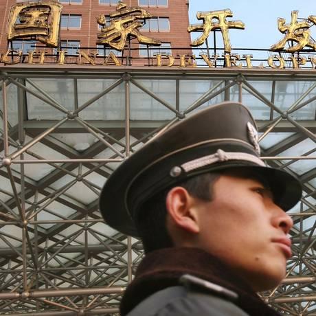 Guarda patrulha frente do Banco de Desenvolvimento da China: instituição concedeu empréstimo bilionário à Petrobras, apesar da crise na estatal Foto: LUCAS SCHIFRES / Lucas Schifres/Bloomberg News