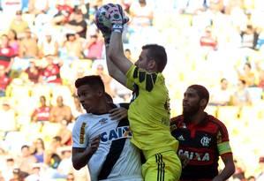 Paulo Victor faz a defesa sobre Julio dos Santos, observado por Wallace Foto: Cezar Loureiro / Agência O Globo