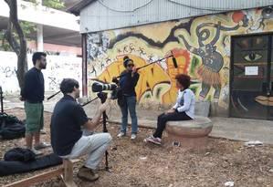 Daniel Mello (primeiro à esquerda) dirige cena do documentário: para ele, filme é sobre racismo estrutural na maior universidade do Brasil Foto: Divulgação/ Agência O Globo