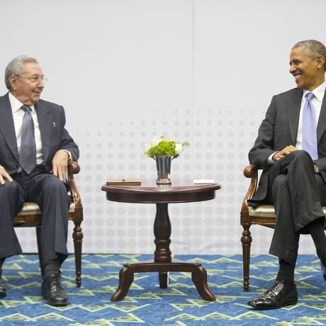 Obama e Raúl demonstraram bom humor e sintonia durante a Cúpula das Américas Foto: Pablo Martinez Monsivais / AP