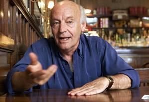 Galeano no Café Brasileiro, em Montevidéu, em 2002 Foto: Andres Stapff / Reuters