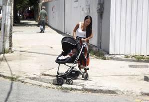Sem rampas, Raquel Bitetti não tem alternativa para andar com o carrinho de bebe em Icaraí Foto: Eduardo Naddar / Agência O Globo