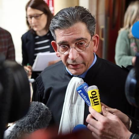 Advogado Jean-Marc Fedida conversa com jornalistas ao fim do julgamento de Arlette Ricci Foto: Remy de la Mauviniere / AP