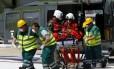 Imigrante, possivelmente da Somália, é atendida por paramédicos nesta segunda-feira. Nos últimos três dias, diversas operações da Guarda Costeira italiana resgataram mais de cinco mil pessoas que tentavam chegar à Itália pelo Mediterrâneo.