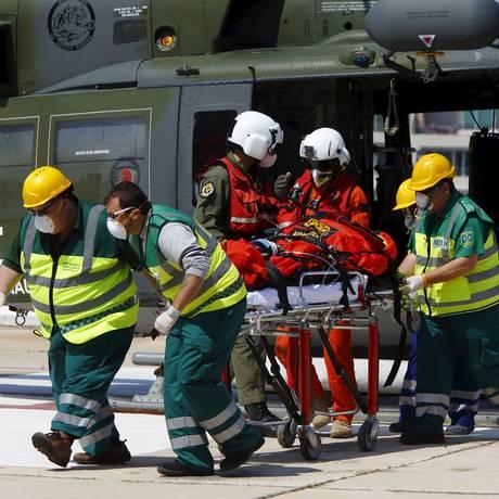 Imigrante, possivelmente da Somália, é atendida por paramédicos nesta segunda-feira. Nos últimos três dias, diversas operações da Guarda Costeira italiana resgataram mais de cinco mil pessoas que tentavam chegar à Itália pelo Mediterrâneo. Foto: DARRIN ZAMMIT LUPI / REUTERS