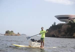 Paulo Oberlander é instrutor de SUP em Itaipu e, nas horas vagas, rema por todos os cantos — alguns inusitados como valões, canais — fazendo registro e denunciando a sujeira nas praias e na Baía de Guanabara. Foto: Felipe Hanower