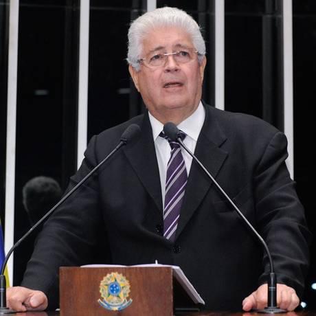 Senador Roberto Requião (PMDB-PR) se irritou com interrupções durante seu discurso pela presença de estudantes e professores no plenário Foto: Divulgação / Agência Senado