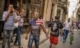 A reaproximação entre EUA e Cuba, iniciada pelos presidentes dos dois países, trouxe um efeito inesperado nas ruas de Havana: muita gente circulando com roupas com a bandeira do país norte-americano - às vezes, dividindo o espaço com estampas de Che Guevara, herói da revolução cubana