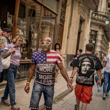 A reaproximação entre EUA e Cuba, iniciada pelos presidentes dos dois países, trouxe um efeito inesperado nas ruas de Havana: muita gente circulando com roupas com a bandeira do país norte-americano - às vezes, dividindo o espaço com estampas de Che Guevara, herói da revolução cubana Foto: THE NEW YORK TIMES / NYT