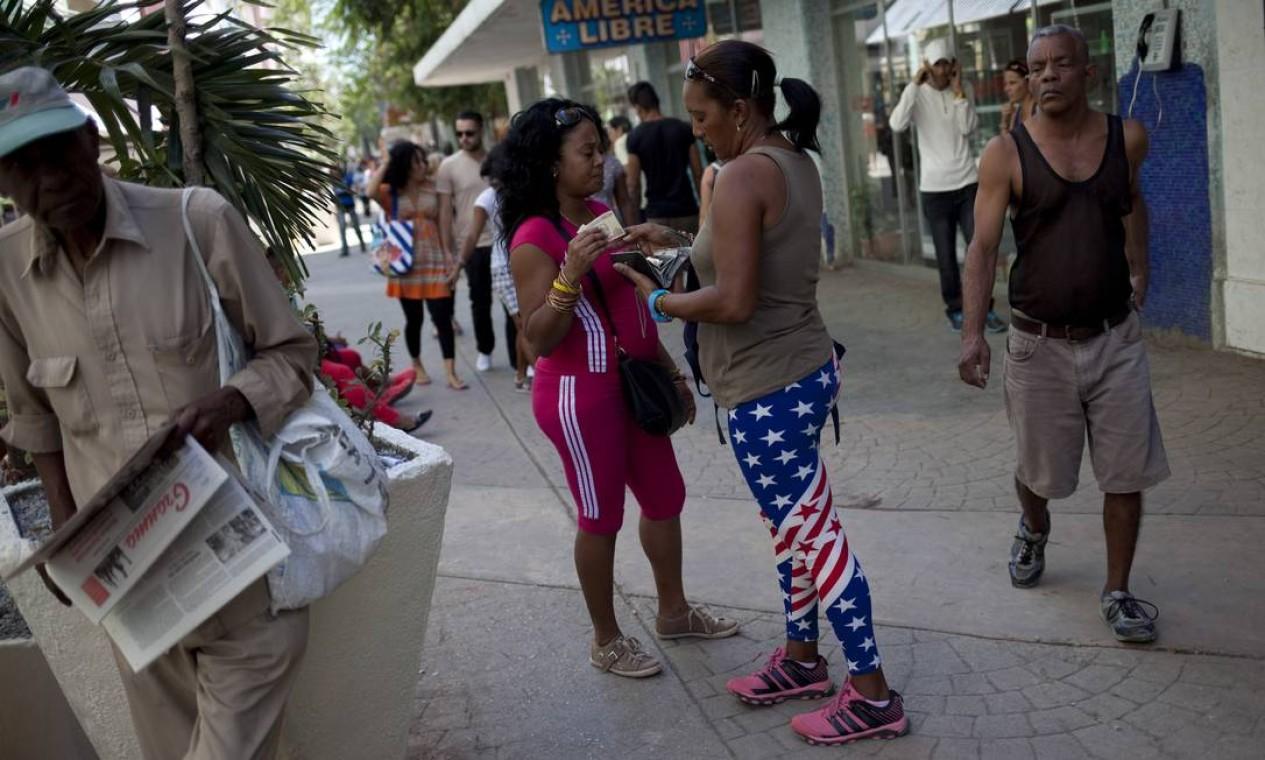 """Entrevistadas, mulheres que usam roupas com os símbolos do """"inimigo"""" geralmente dizem que não se trata de uma postura de oposição ao governo cubano. """"É só moda"""", afirma uma delas Foto: ELIANA APONTE TOBAR / NYT"""