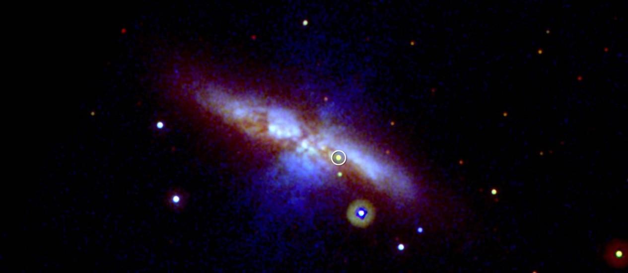 Imagem do telescópio espacial Swift mostra supernova do tipo Ia (no destaque) detectada na galáxia M82, a 12 milhões de anos-luz da Terra: cientistas achavam que todas estas esplosões de estrelas tinham um brilho uniforme, o que fez com que fossem usadas como réguas-padrão para medir distâncias cósmicas, o que agora não parece ser o caso Foto: Nasa/Swift
