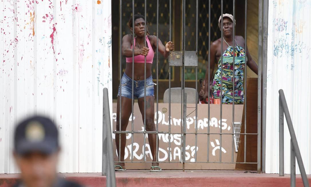Duas mulheres dentro de prédio do Flamengo, que está arrendado pelo empresário Eike Batista Foto: Thiago Lontra / O Globo