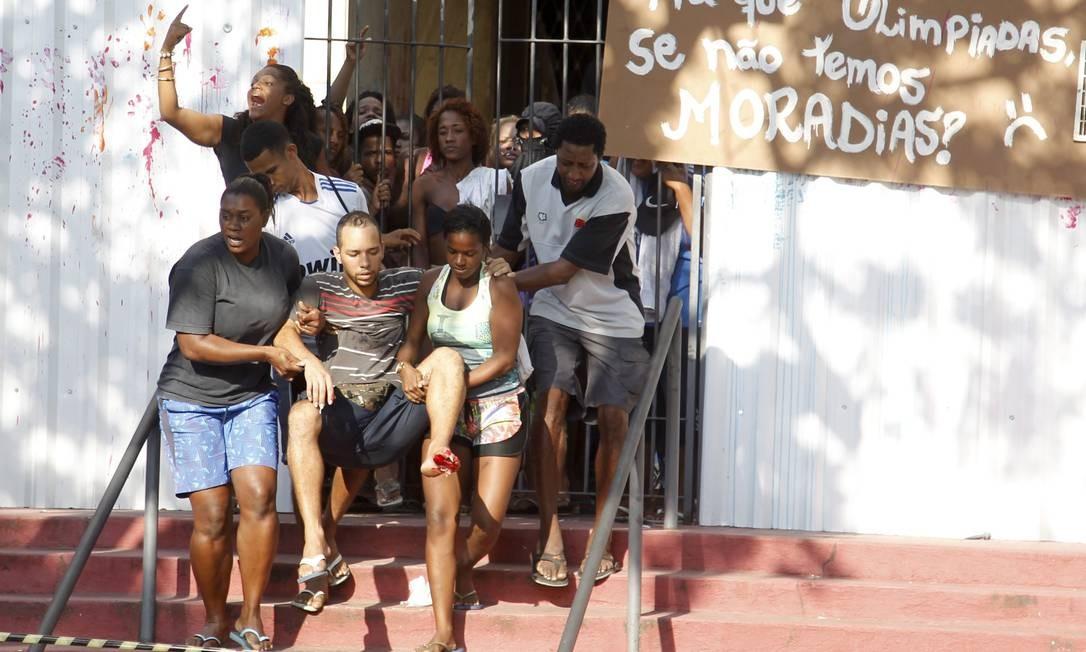 Homem com pé machucado é retirado do prédio Foto: Marcelo Carnaval / O Globo
