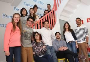 Christian Gessner (no centro, de branco) com sua equipe: o Airbnb não para de crescer no Brasil Foto: Marcos Alves/ Agência O Globo