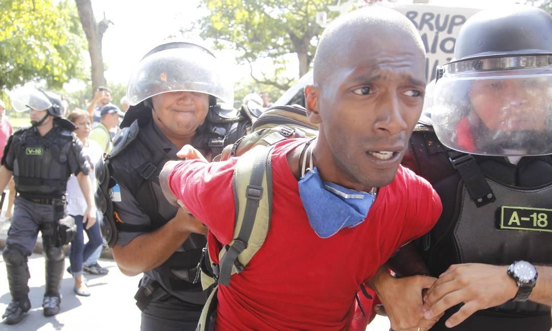 Polícia retira invasor de prédio no Flamengo Foto: Marcelo Carnaval / O Globo