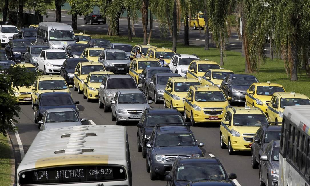 Para a operação de reintegração de posse, o trânsito foi interditado na Avenida Rui Barbosa, causando engarrafamento no Aterro do Flamengo, no sentido Centro Foto: Gabriel de Paiva / O Globo