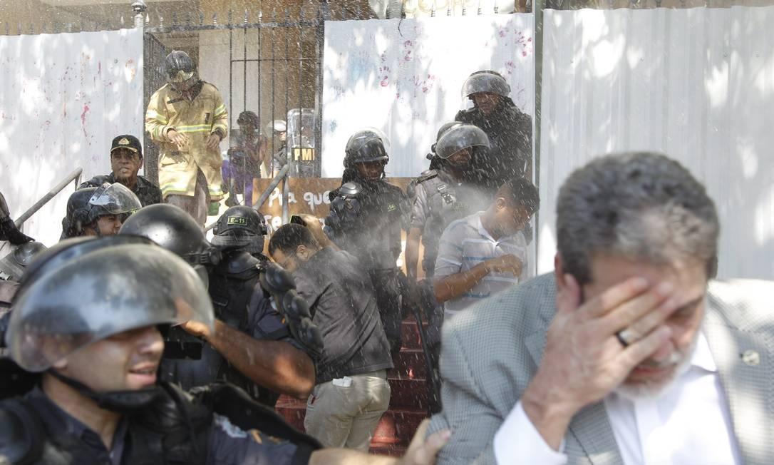 Policiais usaram spray de pimenta para a retirada dos sem-teto do imóvel Foto: Marcelo Carnaval / Agência O Globo