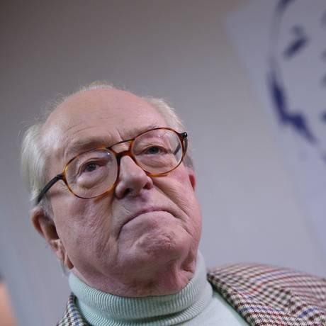 Aos 86 anos, Le Pen continua pautando políticas de sua dinastia dentro da Frente Nacional, mas perde força para a filha, Marine Foto: KENZO TRIBOUILLARD / AFP