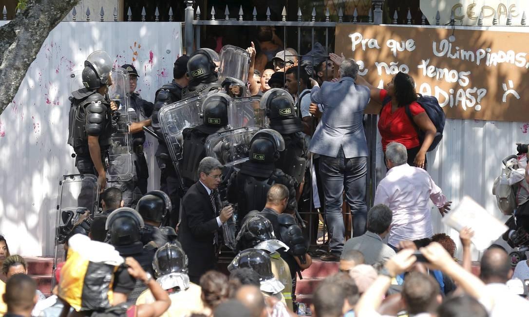 Confusão na retirada dos sem-teto do prédio Foto: Pablo Jacob / O Globo