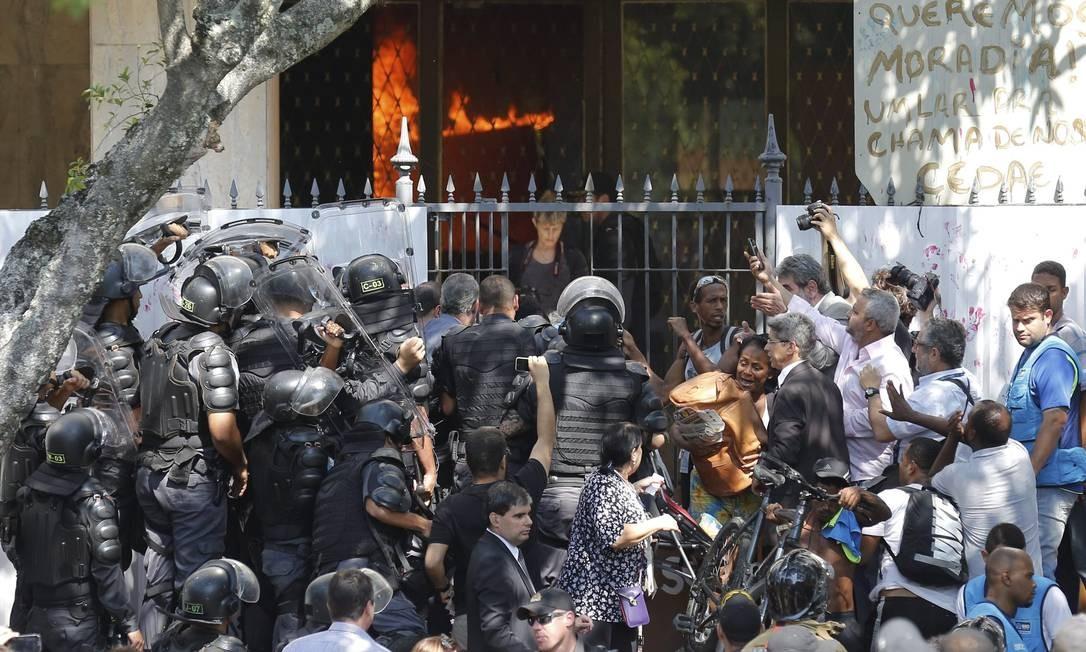 Antes de sair, invasores atearam fogo em vários pontos do prédio Foto: Pablo Jacob / O Globo