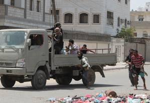Militantes de movimento separatista do Sul do Iêmen entram em confronto com rebeldes houthis na cidade portuária de Áden Foto: SALEH AL-OBEIDI / AFP