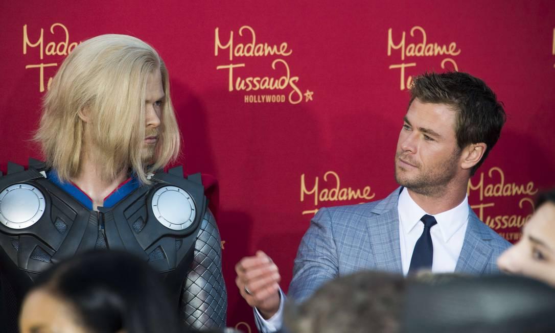 Chris Hemsworth brinca com o boneco de cera do Thor ROBYN BECK / AFP