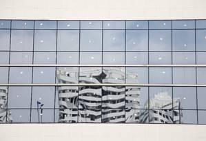 Prédio é refletido em janelas de construção Foto: Fabio Rossi/ 6-3-2015
